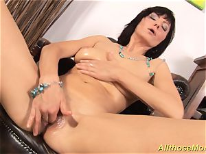 insatiable mom kneading her wet cootchie